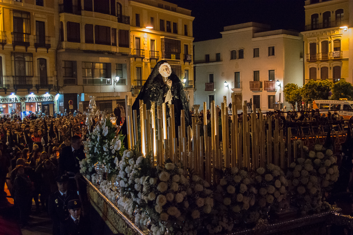 Viernes Santo. El silencio al paso de la Virgen de la Soledad.